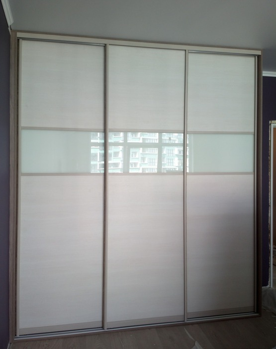 Белые шкафы-купе-Шкаф-купе из стекла Лакобель «Модель 210»-фото1
